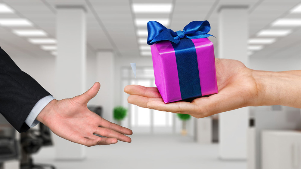 Gift Giving Etiquette Around The World About Her