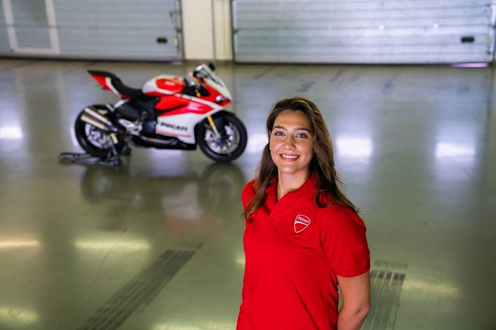 تانيا أكيلس هي أول امرأة سعودية تحصل على رخصة دراجة السرعة  عنها